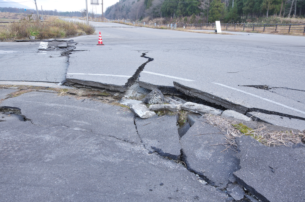 地震での地割れ